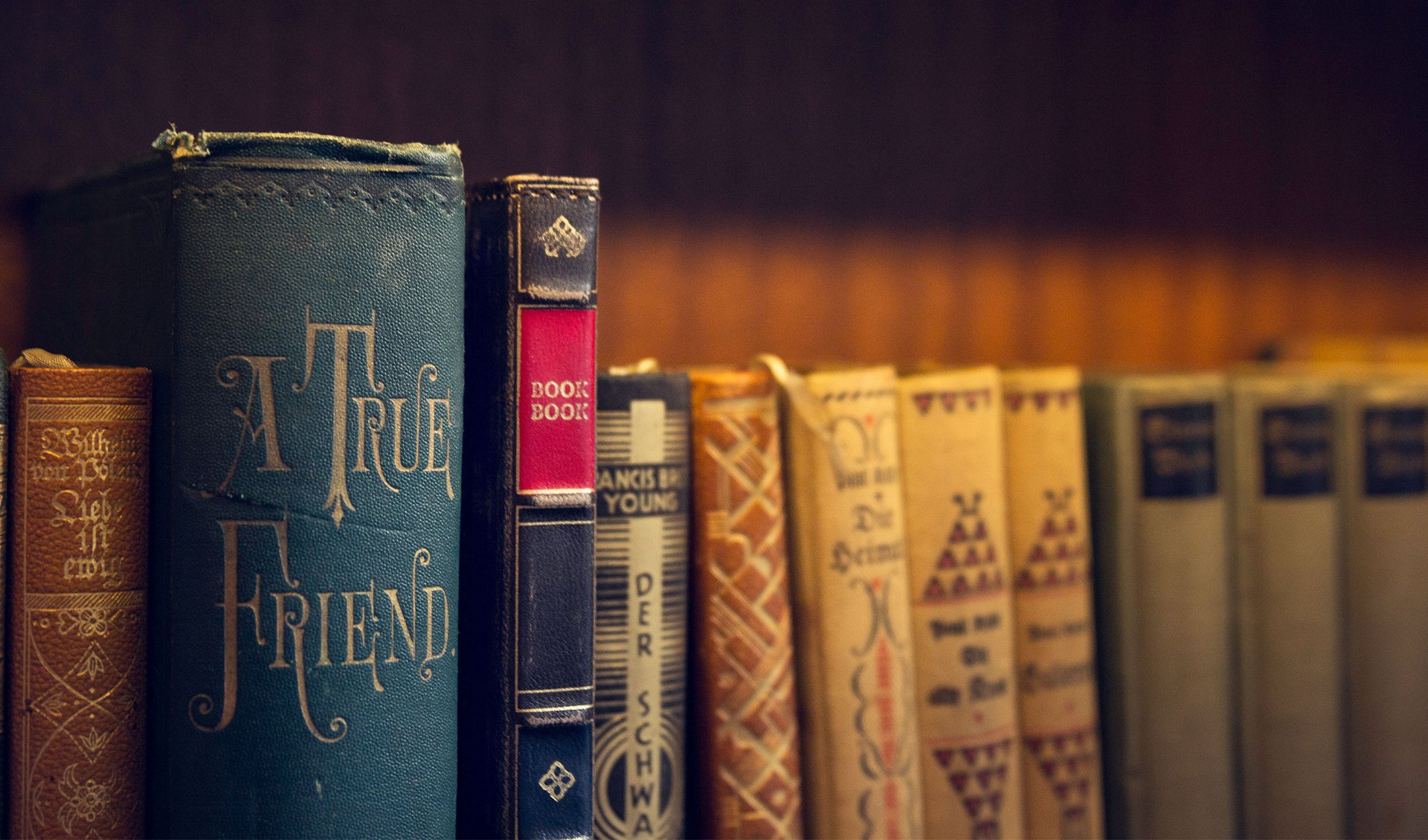 Öreg könyvek között az öreg könyv megjelenésű BookBook bőrtok.